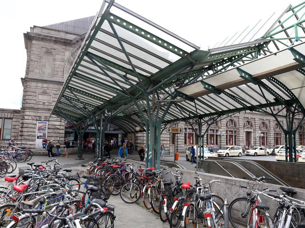 Der Ostausgang des Bahnhofs ist heute ein Ausbund an Schäbigkeit. Er spielt die Rolle des Hauptportals, bietet jedoch nur Flickpflaster, ein missratenes Vordach, Fahrradchaos, beschmierte Pfosten und einen Sandlertreff.