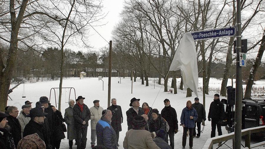 Oberbürgermeister Siegfried Balleis enthüllt das Straßenschild für die neue Lewin-Poeschke-Anlage. Damit soll an die beiden Mordopfer erinnert werden, allerdings ist keine Erklärung an dem Schild angebracht.