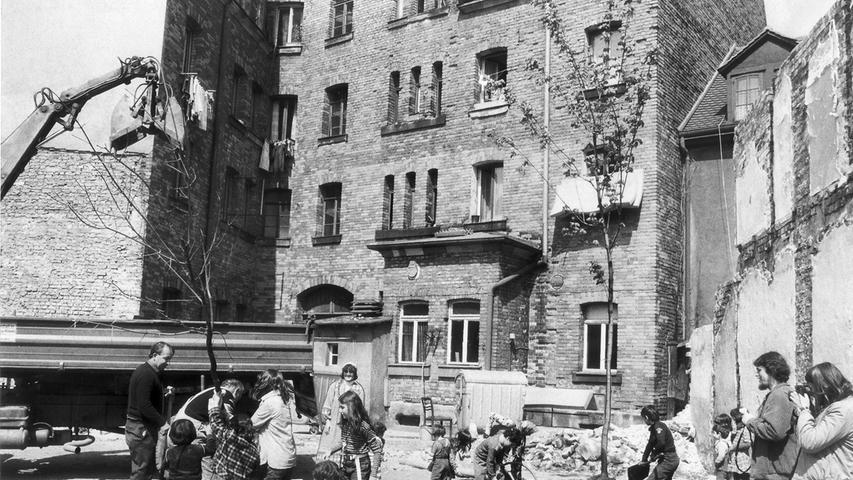 Mit großer Begeisterung gingen Erwachsene und Kinder im Hinterhof der Austraße 19 ans Werk, um die ersten Bäume auf dem neuen Spielplatz an der Reitackerstraße zu pflanzen. Bis zum Herbst 1981 sollte die Fläche fertiggestellt sein.