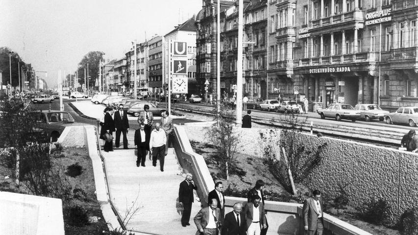 Die U-Bahn in der Fürther Straße. Im Hintergrund sind das Orgaplus Rechenzentrum sowie das Detektivbüro Radda zu sehen.