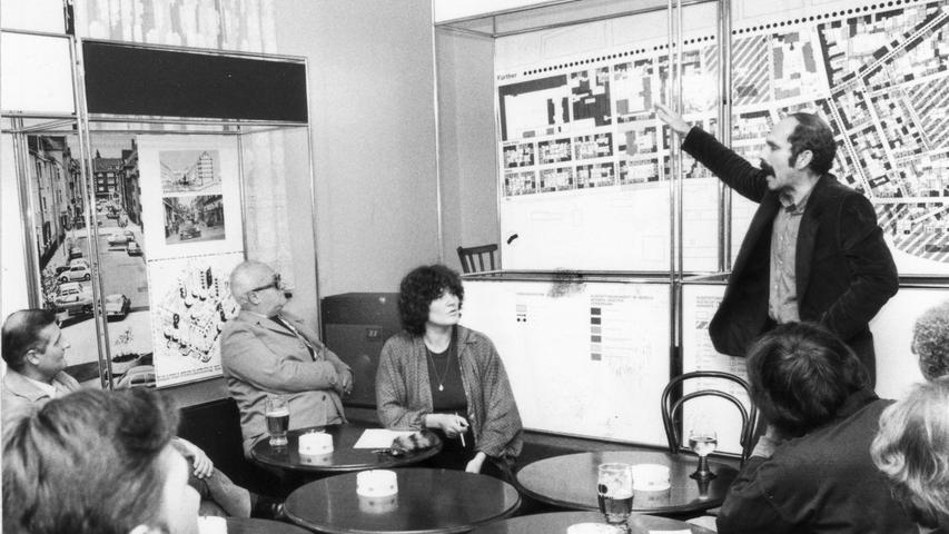 Architekt Hermann Grub erläutert bei der Abschiedsvorstellung in der Planungskneipe sein Strukturkonzept für den Stadtteil im Juli 1980.