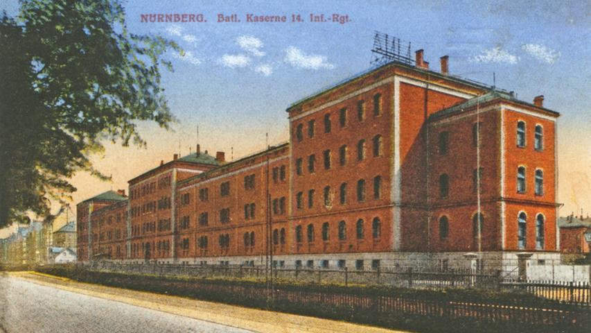 Der Stadtteil war lange Zeit der Sitz des 14. Infanterie-Regiments an der Fürther Straße. Auf der Postkarte sieht man das Hauptgebäude der Bataillonskaserne.
