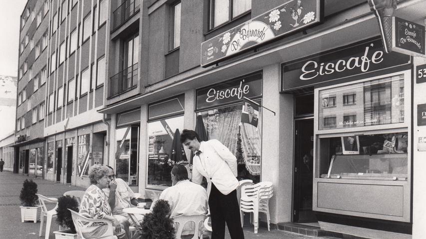 Auch 1990 ließ es sich mit einem Eis in der Fürther Straße gut aushalten.