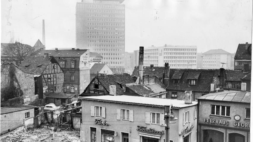 Am Plärrer begannen 1961 die Abbrucharbeiten vieler alter Häuser und Laden-Provisorien, um Platz für den Verkehr zu schaffen.