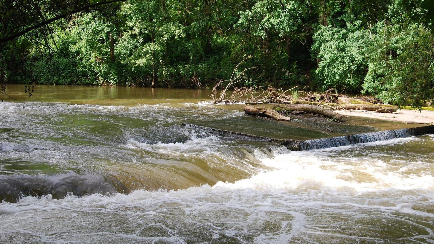 Auf der Tour begegnet man mehrfach der Rednitz (hier im Bereich der ehemaligen Pulvermühle), die gerade an heißen Tagen viele schattige Winkel am Flussufer bereithält.
