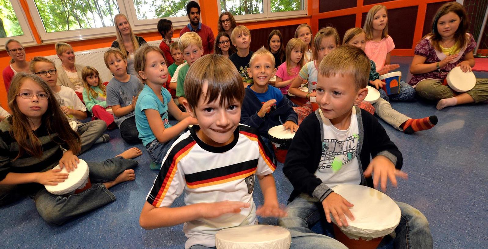 Trommeln, was das Zeug hält: Die jungen Teilnehmer des Percussion-Workshops führen im Jugendhaus Hardhöhe vor, wie anregend das Ferienprogramm sein kann.