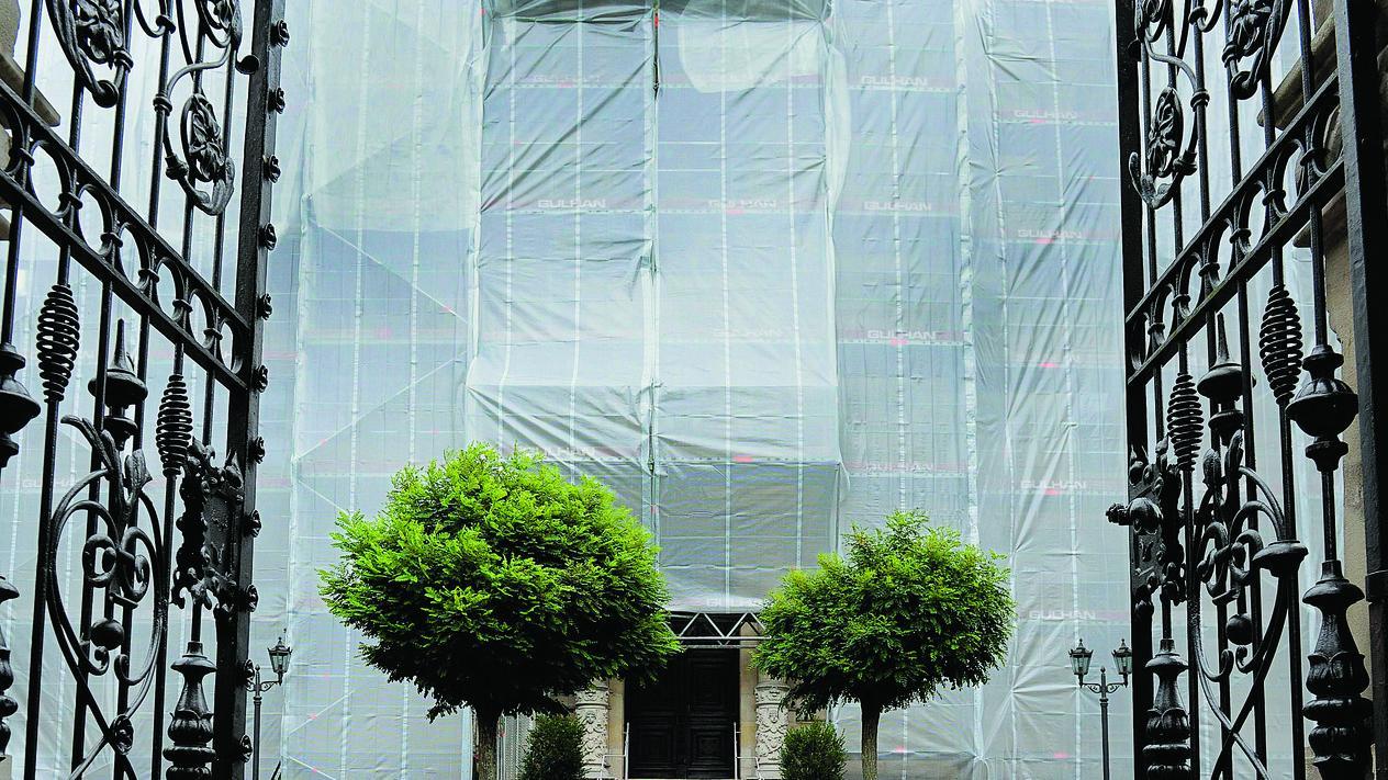 Sieht aus wie eine Verhüllungsaktion des Künstlers Christo, ist aber eine Baumaßnahme: Seit drei Wochen wird am Logenhaus gearbeitet.