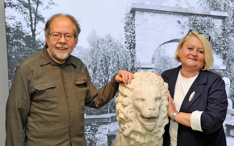 Karin Jungkunz und Lothar Berthold im Stadtmuseum mit einer Löwenskulptur, die einst den Stadtparkeingang bei der Landesgartenschau 1951 (im Hintergrund) zierte.