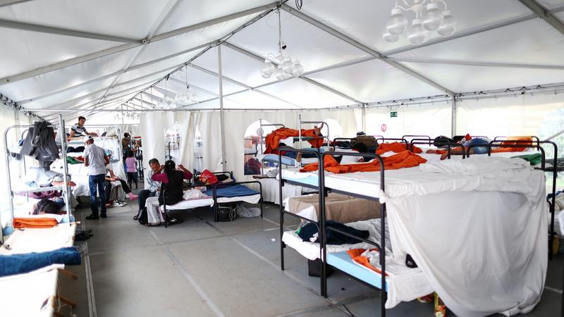 In der zentralen Erstaufnahmeeinrichtung in Zirndorf sind zurzeit etwa 1100 Menschen - ausgelegt ist das Gelände für 650 Asylbewerber. Viele Flüchtlinge mussten daher vorübergehend unter anderem in Busgaragen, der Kapelle und großen Zelten übernachten. In den vier bisherigen Dependancen in Nürnberg, Neuendettelsau, Lauf und Ammerndorf wohnen insgesamt etwa 320 Flüchtlinge.