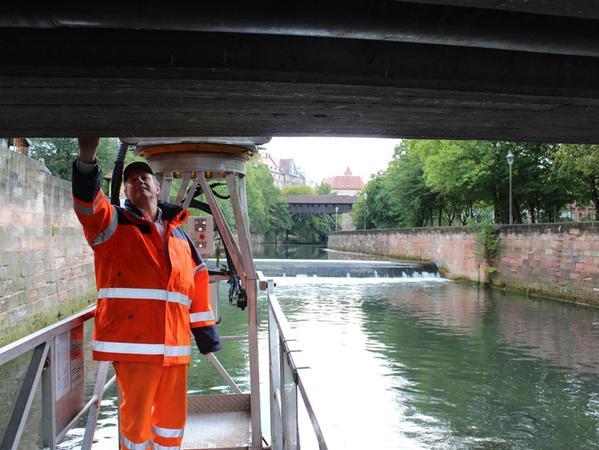 Ingenieur Gerhard Jobst unter der Brücke: Mit dem Spezialfahrzeug kommt er an jede Stelle des zu untersuchenden Bauwerks.