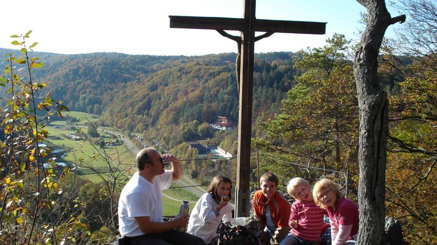 Das Hirschbachtal, 40 Kilometer östlich von Nürnberg am Rand der Oberpfalz gelegen, hat wirklich für jeden etwas zu bieten, der gerne in der Natur unterwegs und aktiv ist. Ob für Wandersleute, für Kletterer oder für Radfahrer ist dieser Teil der Frankenalb quasi ein Muss. In dem Landschaftsschutzgebiet mit seinen bewaldeten Bergen und Felsformationen werden mit ein bisschen Glück auch Liebhaber seltener Blumen und Pflanzen fündig.