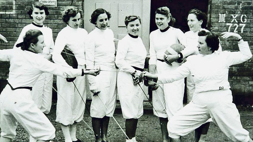 Fesche Fechterinnen in Treuchtlingen. Wer kennt die sportlichen Damen? In welchem Verein war das Fechten organisiert und wie lange? Wann und wo wurde dieses Foto aufgenommen? Die Auflösung gibt es hier.