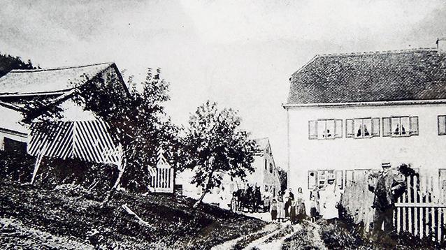 """Dieses Bild stammt von einer Postkarte. Sie ist auch im Band """"Treuchtlingen in alten Ansichten"""" zu sehen, der einst von Fritz Korn herausgegeben wurde. Das Foto stammt aus dem Jahr 1915. Links sind frisch gepflanzte Obstbäume zu sehen, darüber der Schuppen ("""