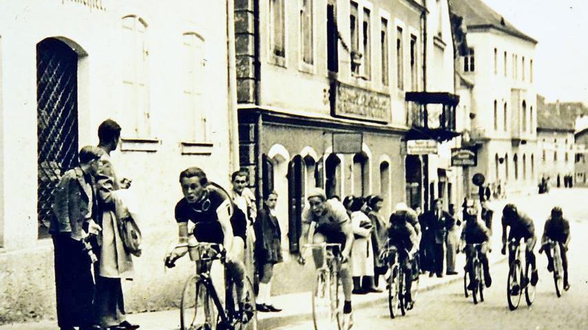 Radrenner auf dem Kopfsteinpflaster in der Treuchtlinger Hauptstraße. Um welches Rennen handelt es sich? Wann fand es statt? Wurde es regelmäßig ausgetragen? Gab es in Treuchtlingen einen Radsportverein? Zum Artikel geht es hier.