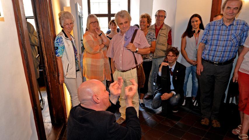 Den fiktiven Besuchern als Vorbild dienen die Typen der italienischen Commedia dell'arte.