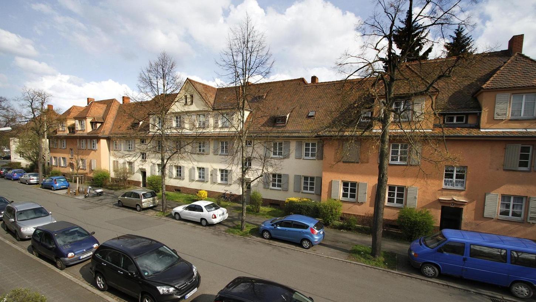 Die Stadtbild-Initiative Nürnberg hält die 1919 bis 1920 gebaute Steinbühler Wohnsiedlung architektonisch und historisch für besonders bedeutend. Die vom Abriss bedrohte Häuserzeile müsse erhalten werden.