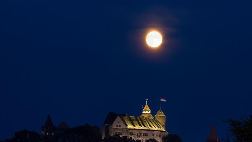 Die Nürnberger Burg ist das Wahrzeichen der Stadt und eine der bedeutendsten Wehranlagen Europas. Wir haben elf erstaunliche Fakten über sie herausgefunden.Es gab früher eine Sternwarte auf der Kaiserburg. Ab 1678 richtete der Astronom Georg Christoph Eimmart (1638–1705) auf der Burg ein astronomisches Observatorium ein, das bis 1757 existierte. Eimmart beobachtete Sonnen- und Mondfinsternisse, dokumentierte Kometenerscheinungen und berechnete Sonnenlichtstreuungen und Planetenkonstellationen. Im Kaiserburg-Museum sind einige seiner Messinstrumente sowie Rüstungen, originale Alltagsgegenstände und archäologische Funde aus dem Burggraben ausgestellt.