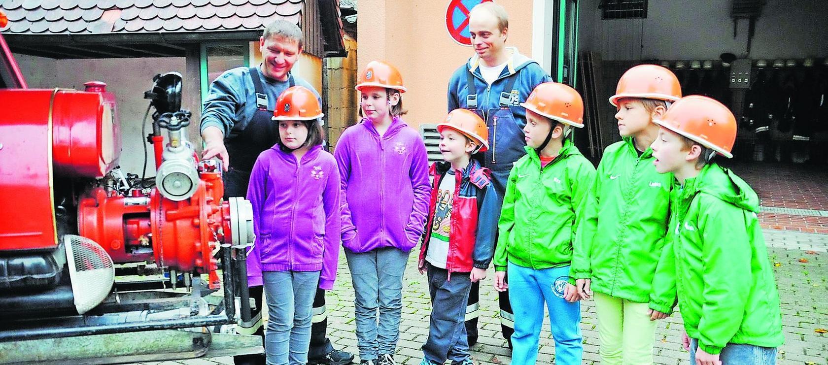 Ein Blick ins Gerätefahrzeug war einer der Einführungspunkte für die sechs Kinder, die künftig bei der Feuerwehr Fetzelhofen/Ailsbach aktiv dabei sind.