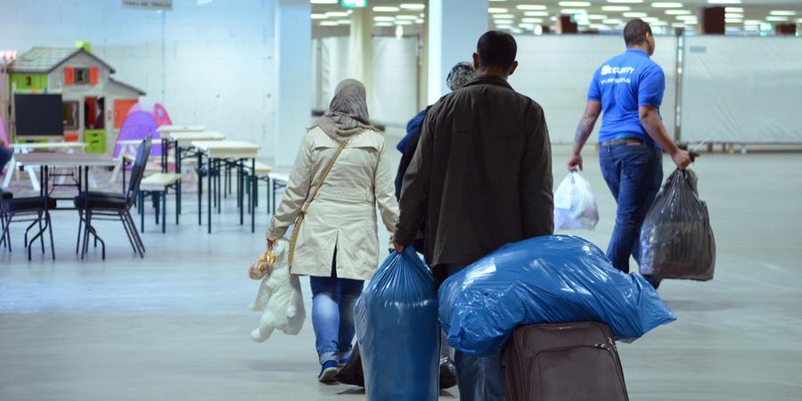 Laut Schätzungen werden 2015 für Unterbringung und Lebensunterhalt von Asylbewerbern zehn Milliarden Euro gebraucht. Dafür kommen Länder und Kommunen auf, der Bund gibt eine Milliarde Euro dazu, das ist weniger als 0,5 Prozent des Gesamtetats. Genug Geld ist vorhanden: Im ersten Halbjahr 2015 hat der Bund 21,1 Milliarden Euro mehr eingenommen als ausgegeben. Und nur einen Blick auf die Kostenseite zu werfen, wäre zu kurz gegriffen: Die Bertelsmann- Stiftung errechnete 2014, dass Menschen ohne deutschen Pass im Schnitt pro Jahr 3300 Euro mehr an Steuern zahlen, als sie an staatlichen Leistungen erhalten.