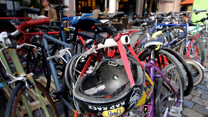 Fahrräder wurden auf ausgewählte Auto-Parkplätze gestellt.