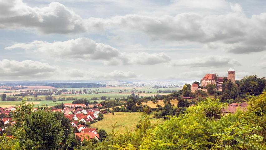 Burg Colmberg thront auf einem Felssporn 511 Meter hoch über dem gleichnamigen Markt im Landkreis Ansbach. Der einstige Grafensitz beherbergt heute ein Hotel, gemütliche Burgstuben und ein historisches Restaurant.