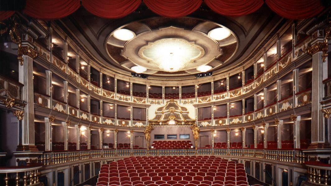 Leere Stuhlreihen: So wird es im Erlanger Markgrafentheater noch fast bis Monatsende aussehen, bevor man wieder den Vorhang öffnet.