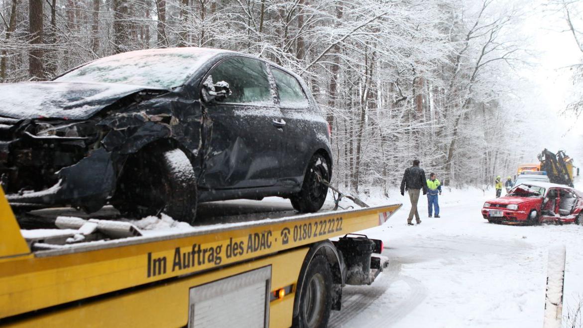 Bei dem Unfall wurde eine Frau schwer verletzt.