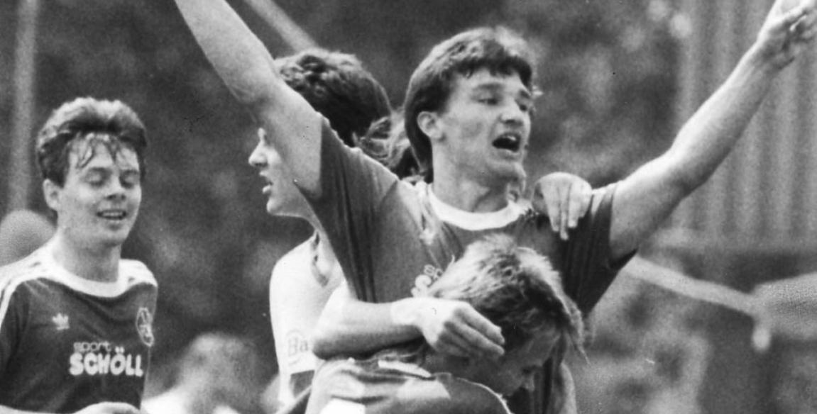 Und dann die Hände zum Himmel . . . Frank Türr jubelt für den 1. FC Nürnberg, später tat er das dann auch noch für, na klar: Bochum.