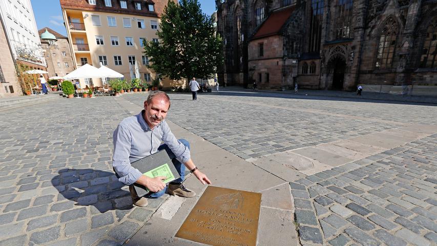 Nur eine schlichte Metallplatte erinnert heute an den Ort, an dem bis zum 3.Oktober 1944 die Moritzkapelle stand.