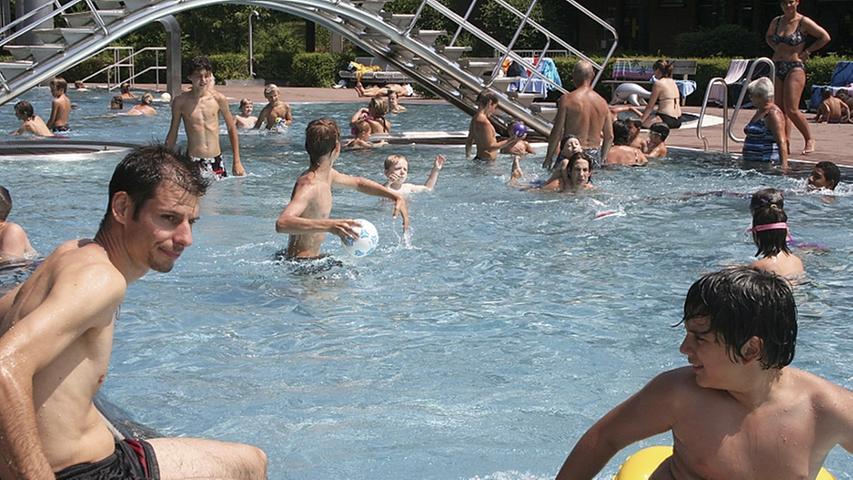 Das Freibad in Hilpoltstein bietet seinen Gästen unter anderem ein 50-Meter-Schwimmbecken, eine 42-Meter-Riesenrutsche, ein Kinderplanschbecken und ein Beachvolleyballfeld. Öffnungszeiten und Corona-Einschränkungen finden sich auf derHomepage.