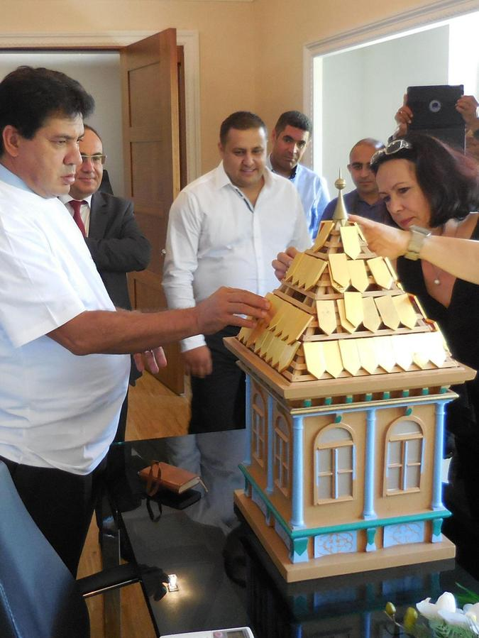 Ein Bild mit Symbolgehalt: Bauen am gemeinsamen Haus Partnerschaft: Kemers Bürgermeister Mustafa Gül und Schwabachs Komiteechefin Ayse Biyik.