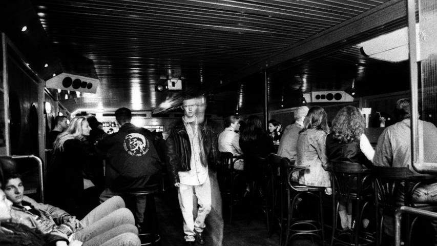 """Später dann, im 21. Jahrhundert, wurde das """"Grün"""" zu unserer Stammkneipe. Die Bar befand sich in der Bergstraße, dort, wo einmal der """"Dampfnudel-Bäck"""" zu Hause war."""