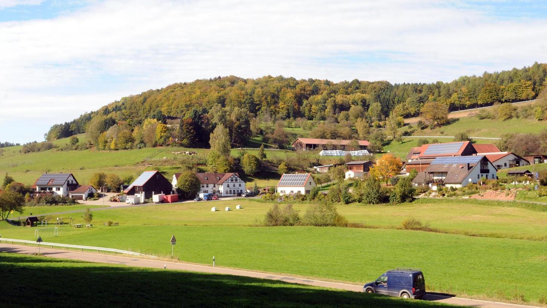 Kosbrunn hat den Charme des Allgäus. Heute führt nicht weit die Autobahn vorbei; damals war der Kirchweg bedeutsam. Er leitete die Gläubigen über die Reuth an der Steinmarterkapelle vorbei zur Urpfarrei in Büchenbach.