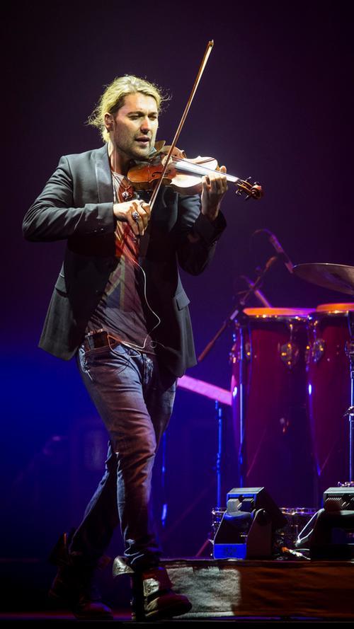 Und der Geige in der Hand. Alles in allem ein rundum gelungenes Konzert, von dem die Zuschauer zufrieden nach Hause gingen und von dem die Damen noch ihren Enkelinnen erzählen können.