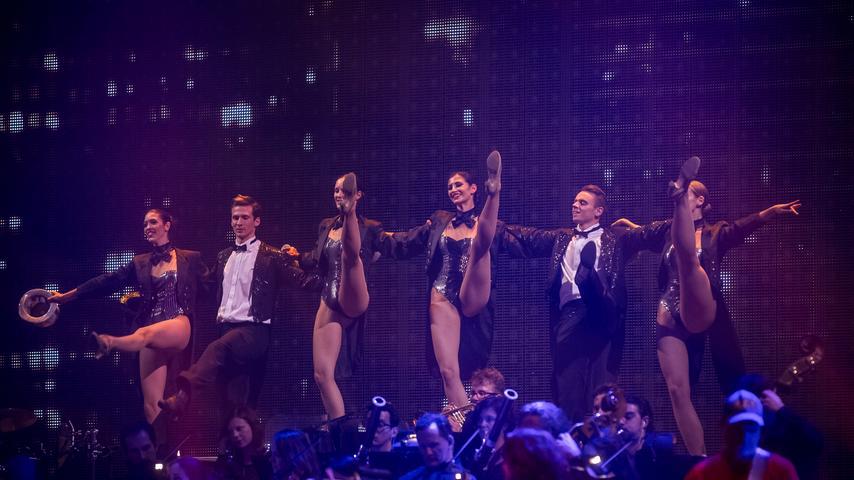 Die Tänzer heben das Bein. Die Frauen mehr als die Männer.