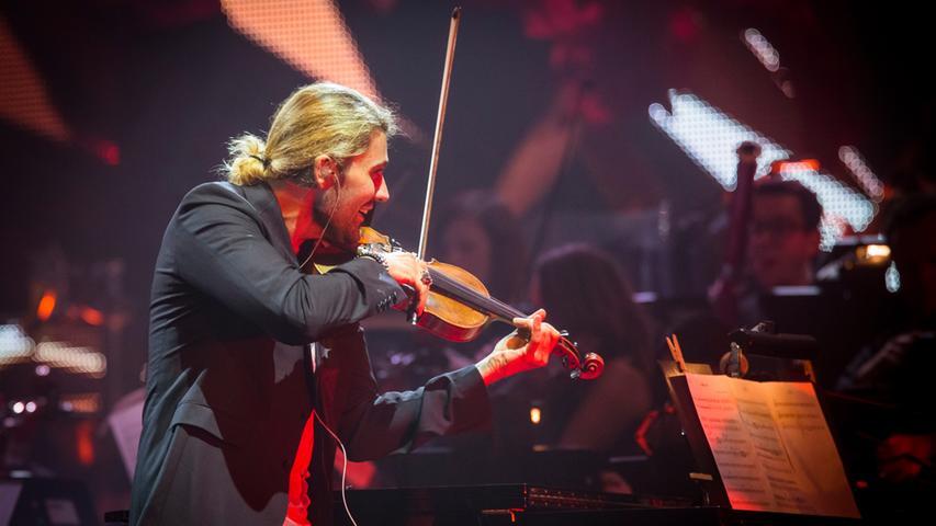 Begleitet wird der Virtuose von seiner Band und einem großen Orchester.