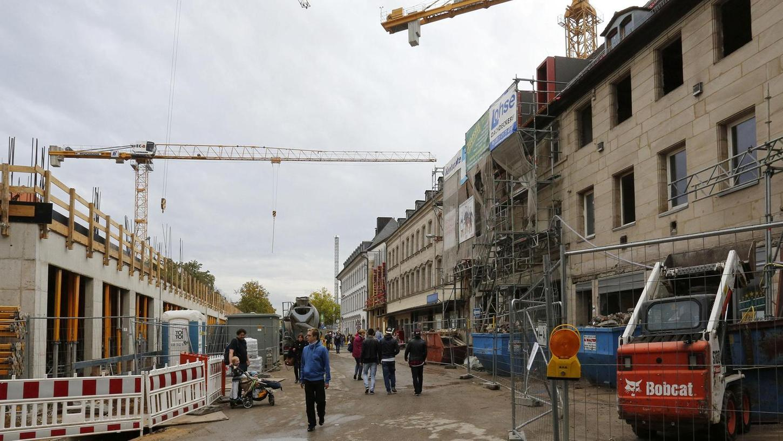 Zu viel entkernt habe MIB in den Häusern an der Rudolf-Breitscheid-Straße (rechts), monieren Vertreter des Denkmalschutzes, alles sei absprachegemäß gelaufen, hält der Neue-Mitte-Bauherr dagegen.Foto: Edgar Pfrogner