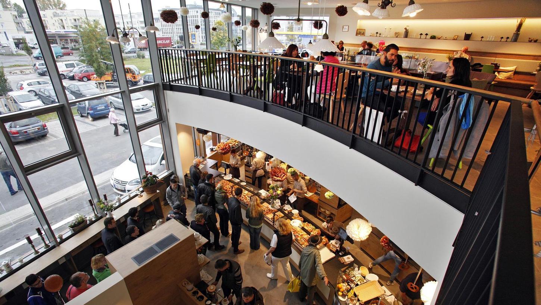 An der Ostendstraße produziert die Firma Kolb jetzt ihre Brezen. Wer will, kann sie gleich im Café verspeisen – belegt oder pur. Auch Frühstück und Mittagessen werden angeboten – und immer mit Breze.