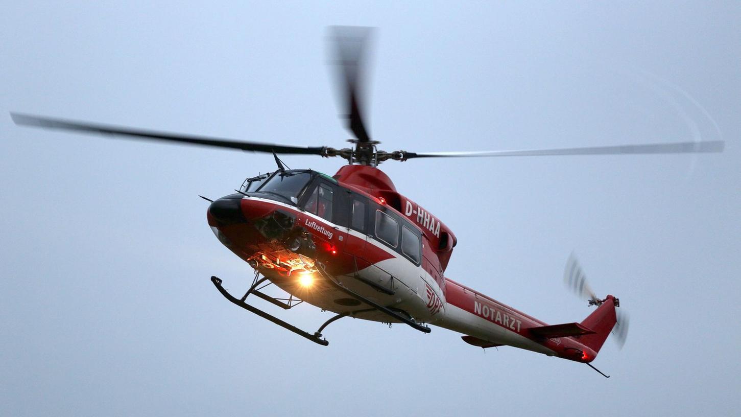 Bei dem Unfall am Mittwoch musste eine Frau mit einem Rettungshubschrauber ins Krankenhaus gebracht werden.