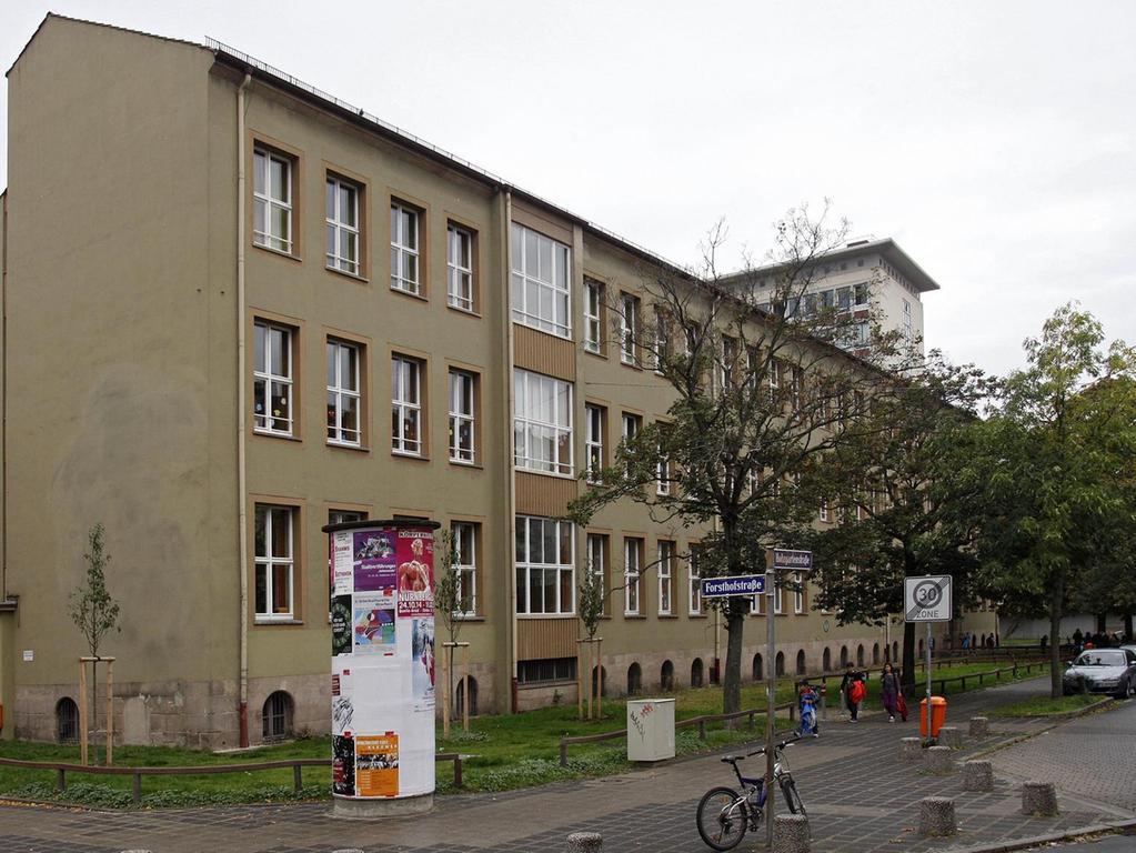 Das alte Schulhaus mit den reich verzierten Giebeln wurde im Zweiten Weltkrieg zerbombt. Erst 1959 war der Wiederaufbau beendet.