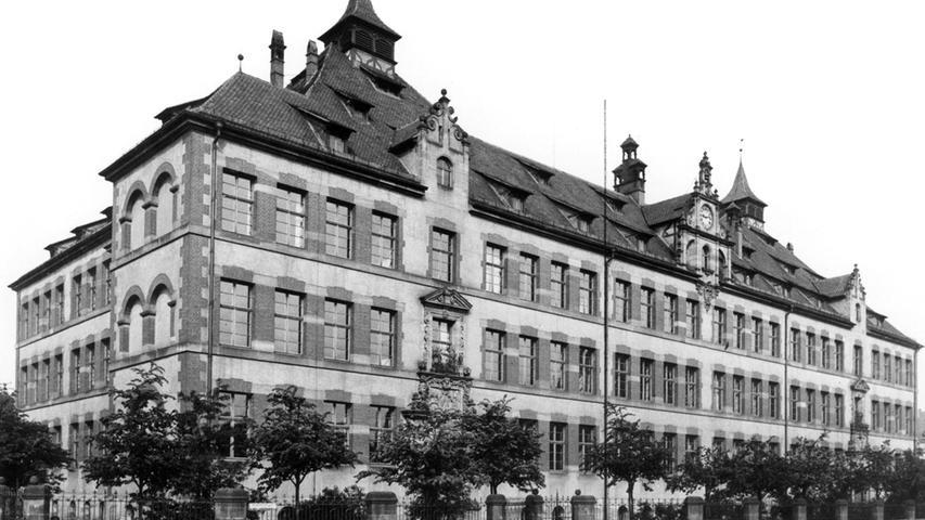 Öde und leer war der Platz, auf dem 1902 die Holzgartenschule entstand. Das belegt das Foto, das NZ-Leser Harald Hesse uns zur Verfügung stellte. Er fand es in einem Familienalbum. Nötig wurde der Neubau, weil die umliegenden Schulhäuser zu klein für die vielen Arbeiterkinder wurden, deren Familien sich mit zunehmender Industrialisierung dort ansiedelten.
