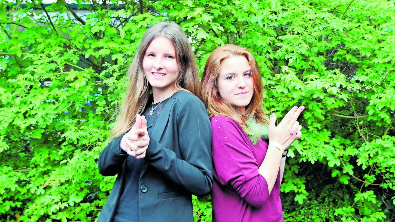 Studentin Lisa Feiler (l.) und Schülerin Annika Kesselhack setzen sich füreinander ein. Sie verbringen gerne Zeit miteinander, hören einander zu und reden über Probleme.