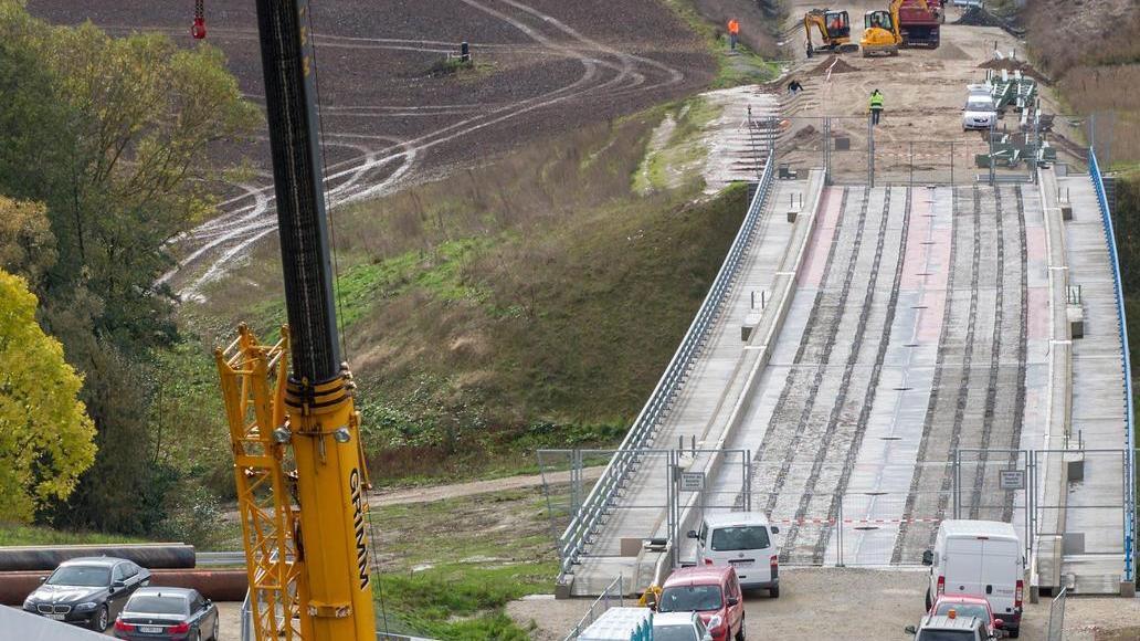 Zwischen Franken und Thüringen wurden bereits in weiten Teilen die Fahrbahn und die Gleise auf der künftigen Hochgeschwindigkeitstrasse verlegt.
