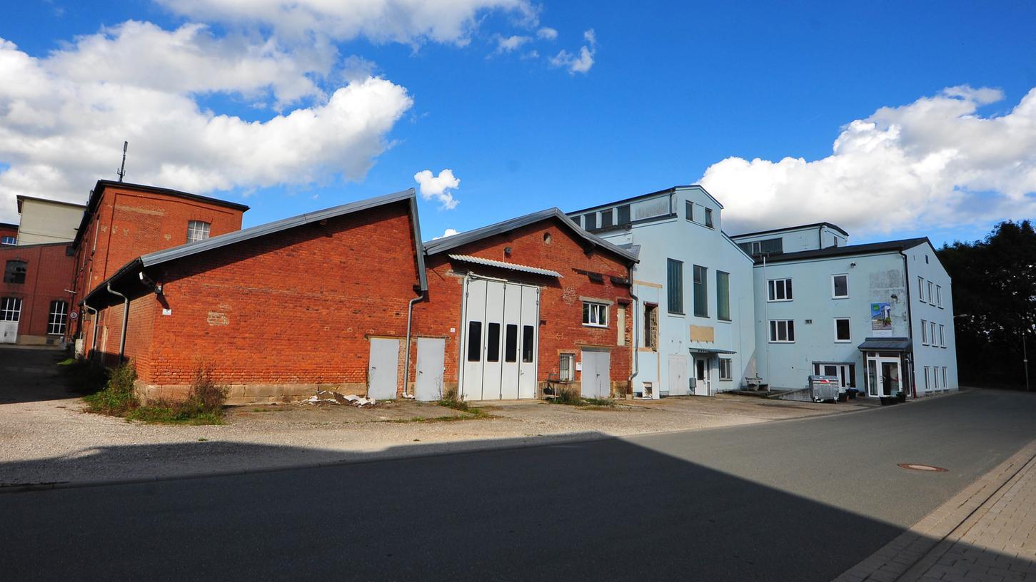 Ein Teil der blauen Häuser und der Backsteinanbau auf der Wiesentinsel werden abgerissen. Hier kommen die Reihenhäuser hin.