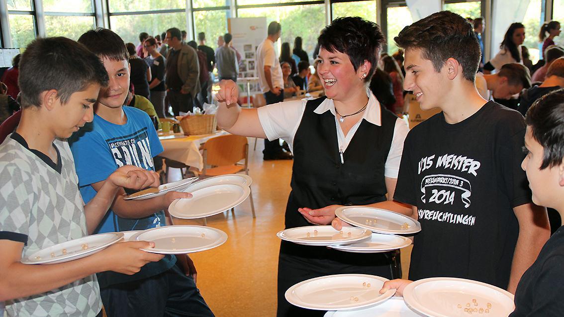 Servieren ist gar nicht einfach – das mussten diese Jungs bei der Balance-Übung mit Tellern und Erbsen erfahren.