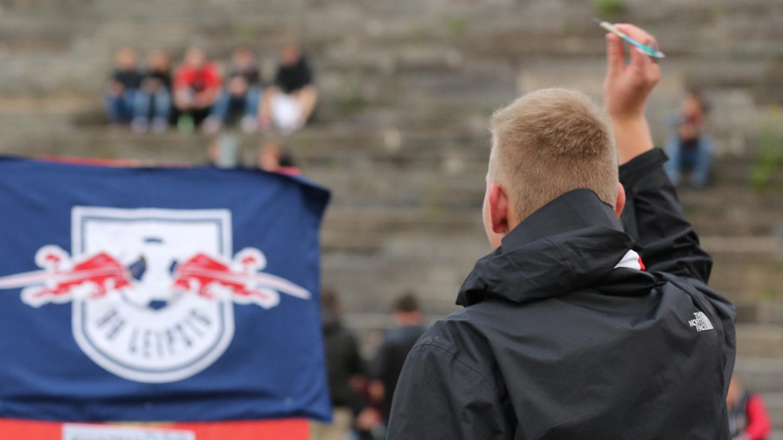 """Protestaktion: """"Fußball-Tradition statt Fußball-Konstrukt""""."""