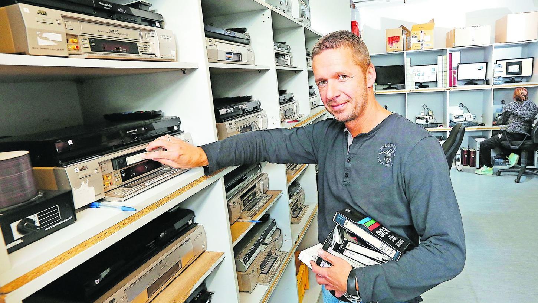 Wer alte Videos digitalisieren will, braucht dazu alte Recorder. Hansjörg Meyers DIG:ED in Woffenbach arbeitet mit den altertümlichen Geräten am Fließband.