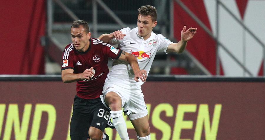 Doch dann geht es endlich los. Wie angekündigt, legt der Club ein ordentliches Tempo an den Tag und versucht so, Leipzig in Verlegenheit zu bringen.