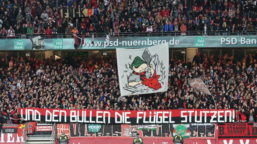 Die Stimmung ist trotzdem gut. Die Nürnberger Fans unterstützen ihre Mannschaft nach Kräften und zeigen deutlich, was sie von ihnen erwarten.