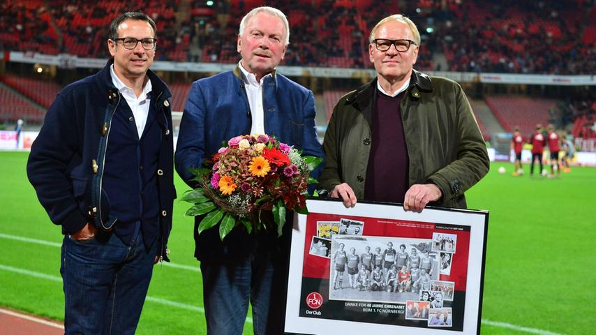 Bevor der Ball im Grundig-Stadion rollt, wird es offiziell: Der ehemalige Aufsichtsratsboss Klaus Schramm (Mitte) wird von Sportvorstand Martin Bader (links) und dem neuen Ratsvorsitzenden Thomas Grethlein verabschiedet.
